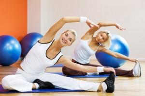 Gruppe beim durchführen von Pilates Übungen