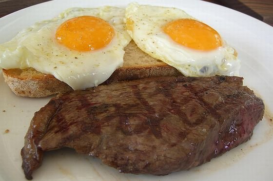 Steak und Eier. Foto: Flickr/avlxyz