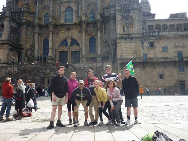Ein Foto direkt nach der Ankunft in Santiago de Compostela:  Brasilianer, Kanadier, Spanier und ein Deutscher kurz nach der Ankunft in Santiago.